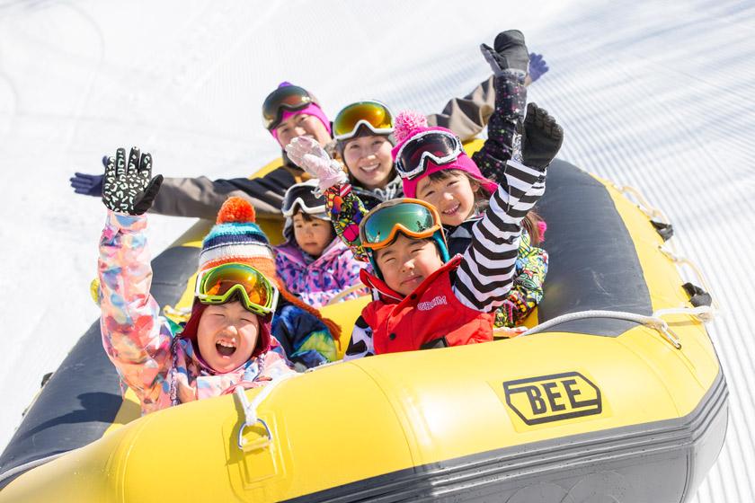 雪原を疾走して家族で「イエーイ!」スノーアトラクション