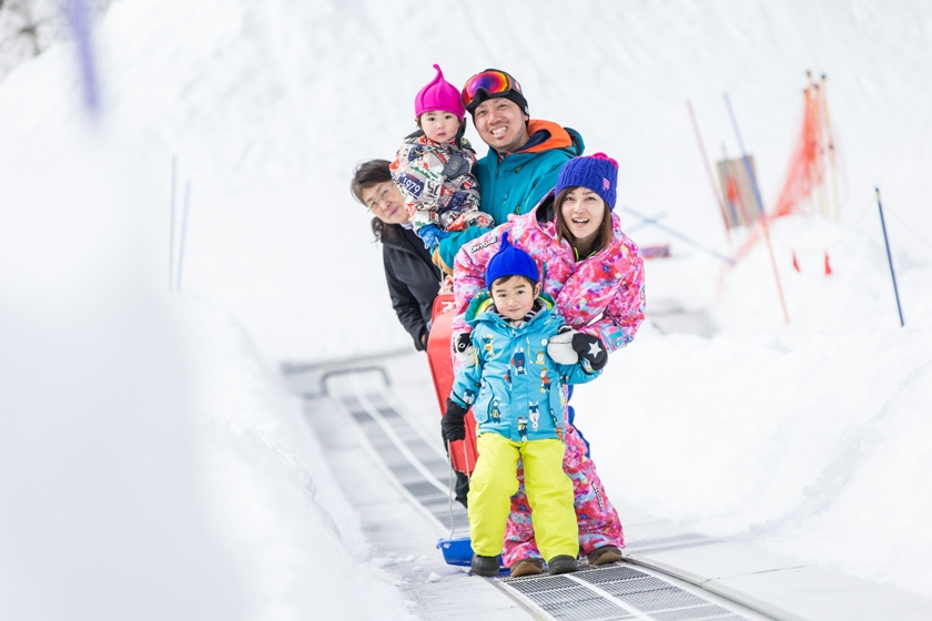 雪山のレジャーランド「キッズパーク」でみんな笑顔!